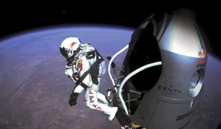 A 39 000 mètres d'altitude, la pression atmosphérique est 1% de sa valeur au sol, et le ciel est noir